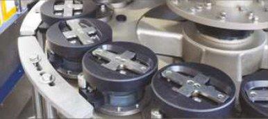 etykieciarki - Samocentrujące platformy wyposażone w trzpień wypychający i mechanizm redukcji luzów