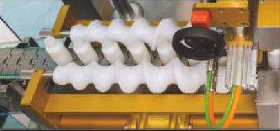 Etykieciarka maya - Dwie przeciwbieżne śruby służące do rozdzielania opakowań na wejściu do maszyny.