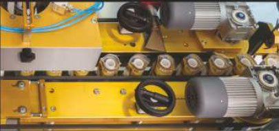 Etykieciarka maya - Automatyczna regulacja szerokości transportera na wyjściu z maszyny.